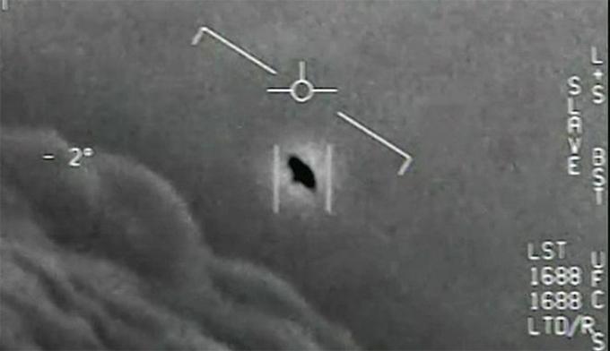 Hình ảnh UFO được ghi lại bằng camera hồng ngoại trên máy bay Mỹ. Ảnh chụp màn hình.