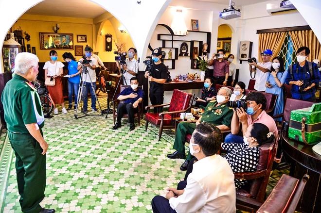 Du khách giao lưu cùng các nhân chứng của lực lượng Biệt động Sài Gòn.
