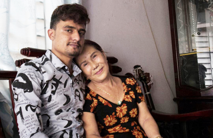 Bà Hoa và Joni chênh lệch nhau hơn 40 tuổi.