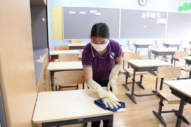 """Nhiều giáo viên làm việc gấp đôi """"công suất"""" chuẩn bị cho học sinh đi học trở lại"""