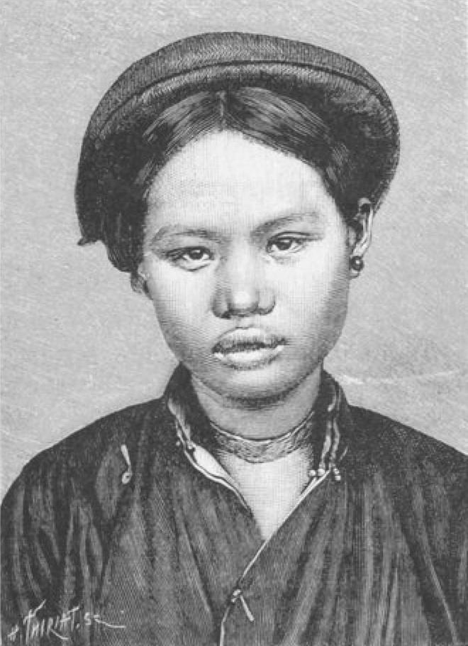 Trong hình là một cô gái An Nam môi sưng vì ăn trầu.