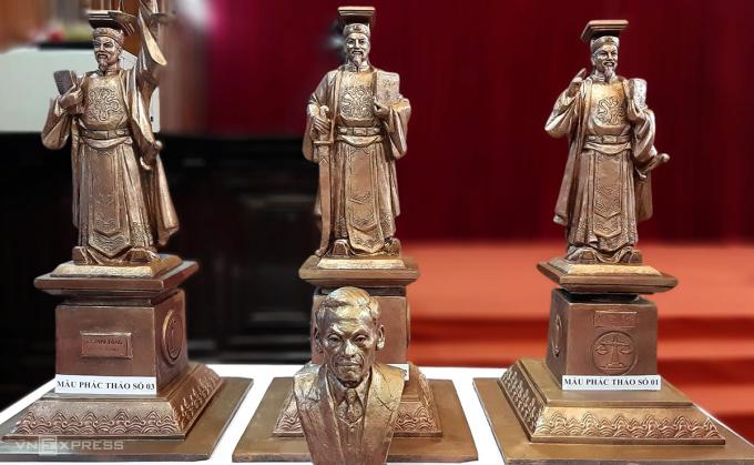 3 mẫu phác thảo tượng vua Lý Thái Tông. Ảnh: Bá Đô