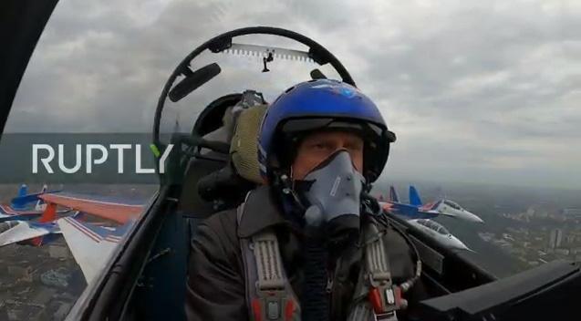 Bên trong buồng lái Su-30SM.