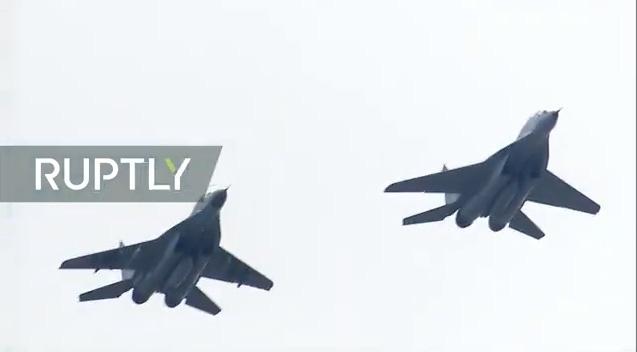 Su-24 lượn qua bầu trời Quảng Trường Đỏ.