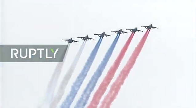 Kết thúc lễ duyệt binh là mà trình diễn của phi đội cường kích Su-25 thả khói tạo thành quốc kỳ Nga trên bầu trời.