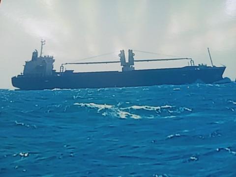 Tàu hàng được ghi hình trên biển sau khi tông chìm tàu cá