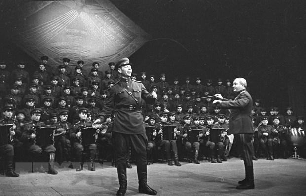 """Đoàn ca múa Huân chương cờ đỏ của Hồng quân trình diễn bài """"Cuộc chiến thần thánh."""
