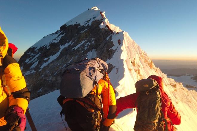 Hình ảnh được đăng tải trên tài khoản Twitter của CGTN cùng thông điệp khẳng định toàn bộ đỉnh Everest nằm trên lãnh thổ Trung Quốc. Ảnh: Twitter.