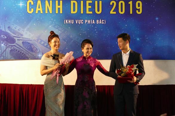 Hồng Diễm và Ngọc Quỳnh đoạt giải Nữ diễn viên và Nam diễn viên phim truyền hình xuất sắc - Ảnh: NGUYỄN ĐÌNH TOÁN