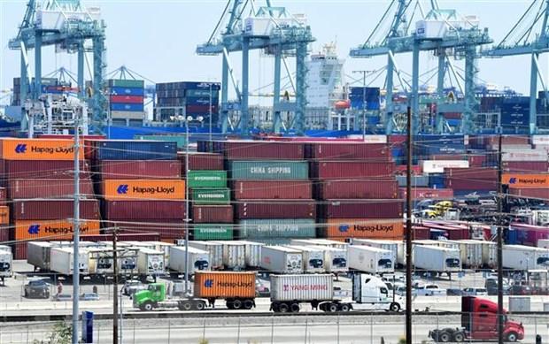 Hàng hóa được xếp tại cảng ở Long Beach, California, Mỹ. (Ảnh: AFP/TTXVN)