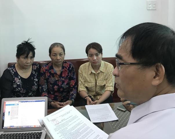 Luật sư Trần Hồng Phong cùng gia đình trao đổi về chứng cứ được cho là ngoại phạm mới của Hồ Duy Hải.
