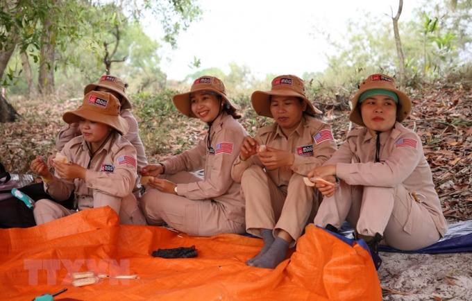 Nhóm rà phá bom mìn gồm toàn bộ thành viên nữ.Ngày càng nhiều phụ nữ Việt Nam tham gia vào các hoạt động rà phá bom mìn, một công việc vốn được xem là nguy hiểm này.