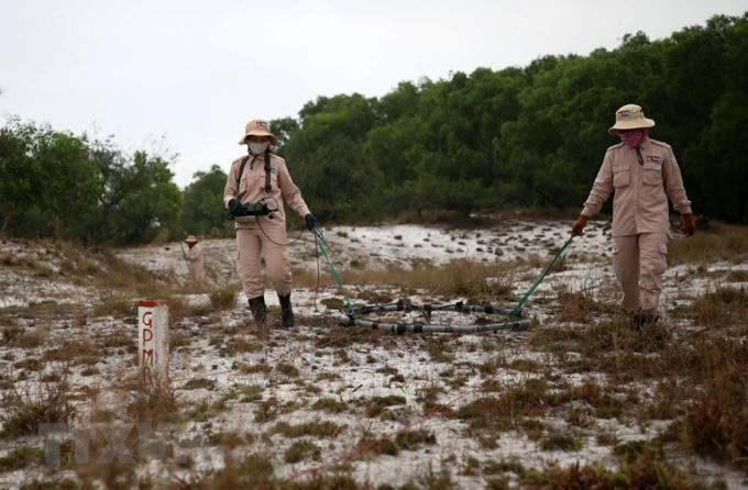 Đội có 14 thành viên, trong đó 13 người là nữ với nhiệm vụ rà phá các vật liệu nổ còn sót lại sau chiến tranh bằng máy móc chuyên dụng.