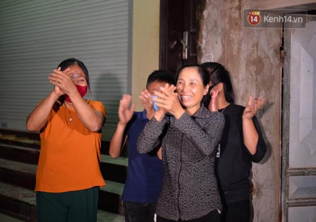 Nhiều người dân vỗ tay chúc mừng giây phút được dỡ cách ly y tế (Ảnh: kenh14)