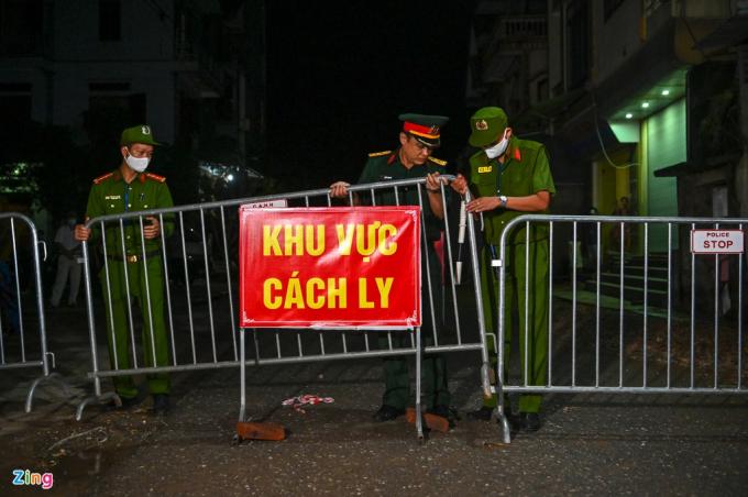 Lực lượng chức năng có mặt sẵn sàng dỡ bỏ cách ly theo quy định của Bộ Y tế sau 28 ngày ở thôn Đông Cứu (Ảnh: Zing)