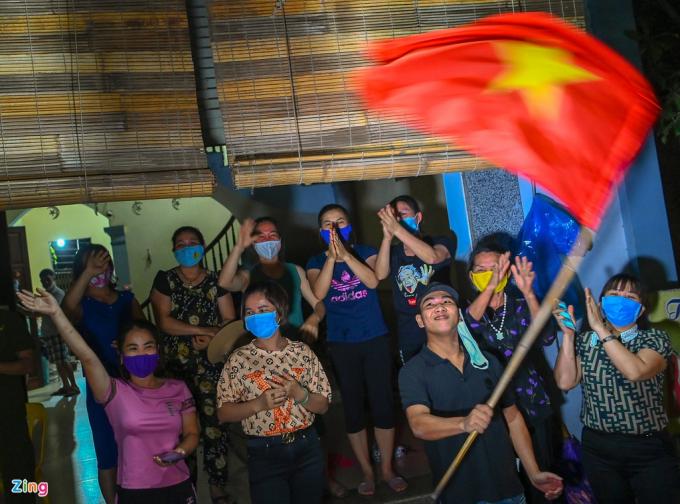 Nhiều thanh niên mang theo cờ Tổ quốc đổ ra đường ăn mừng (Ảnh: Zing)