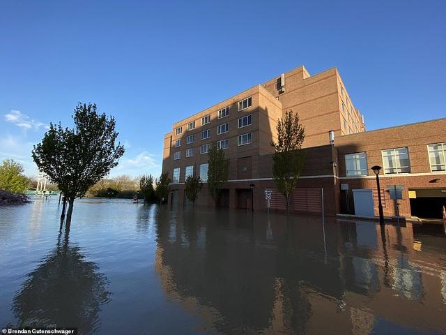 Nước lũ bắt đầu dâng cao lên sau khi 2 con đập bị vỡ (Ảnh: Dailymail)