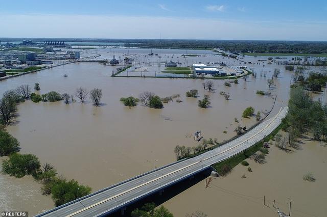 Hai con đập bị vỡ đã khiến nước lũ dâng lên cao ở Midland, Michigan (Ảnh: Reuters)