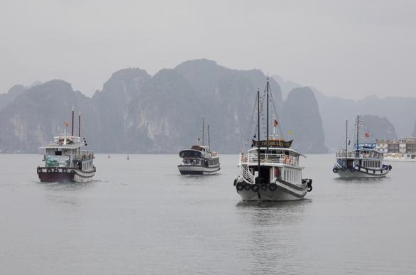 Thuyền chở du khách trong nước tham quan vịnh Hạ Long, ngày 19-5 - Ảnh: REUTERS