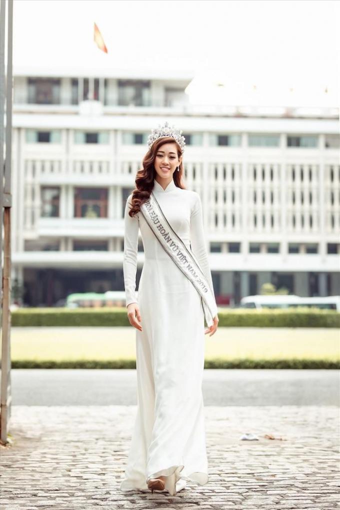 Khánh Vân đẹp dịu dàng và đằm thắm trong tà áo dài màu trắng tinh khôi.