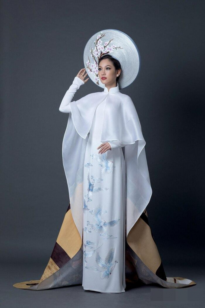 Á khôi Phương Linh đẹp thuần khiết với bộ trang phục dân tộc.