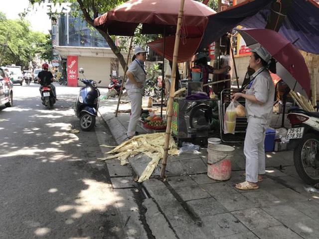 Nhiều cửa hàng tiêu thụ cả trăm lítnước míatrong những ngày cao điểm nắng nóng. (Ảnh: Ngọc Khánh)