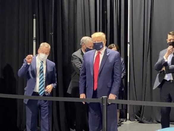 Hình ảnh ông Trump đeo khẩu trang khi thăm nhà máy của Ford - Ảnh: TWITTER