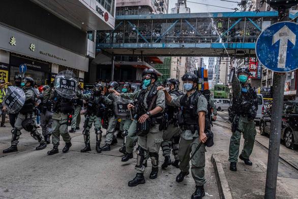 Cảnh sát Hong Kong ngăn chặn người biểu tình ngày 24-5 - Ảnh: New York Times
