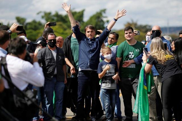 Tổng thốngBolsonaro xuống đường tham gia biểu tình mà không hề đeo khẩu trang.