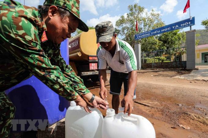 Từ đầu tháng 5/2020 đến nay, toàn tỉnh có 180 hộ/703 nhân khẩu phải dùng nước sinh hoạt do chính quyền địa phương và lực lượng quân đội chở đến cấp. (Ảnh: TTXVN)