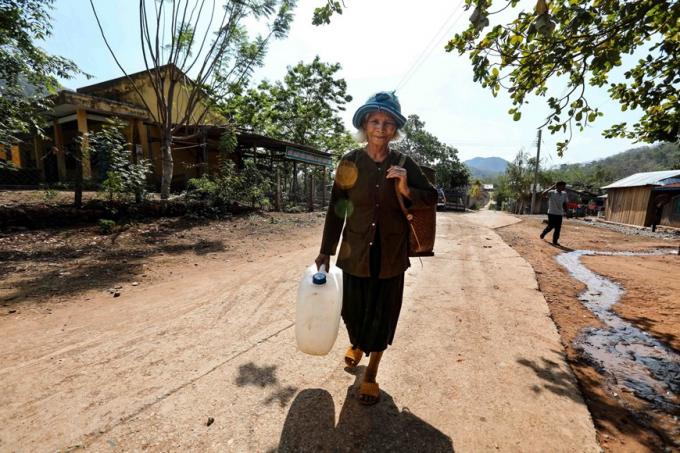 Người dân thôn Tà Nôi, huyện Ninh Sơn tích trữ nước sạch. (Ảnh: TTXVN)