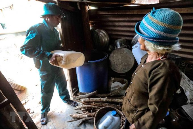 Lực lượng Bộ Chỉ huy Quân sự tỉnh Ninh Thuận mang nước sạch đến cho người dân thôn Tà Nôi, huyện Ninh Sơn trong đợt hạn hán kéo dài. (Ảnh: TTXVN)