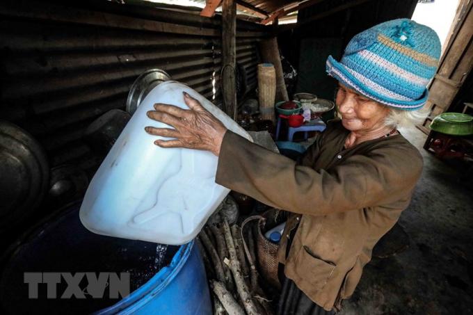 Người dân thôn Tà Nôi, huyện Ninh Sơn tích trữ nước sạch vào chum, vại, bình, can... do hạn hán kéo dài. (Ảnh: TTXVN)