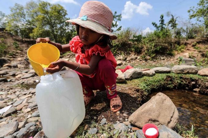 Người dân thôn Tà Nôi, huyện Ninh Sơn lấy nước từ những dòng suối còn chút ít để sinh hoạt do hạn hán kéo dài. (Ảnh: TTXVN)
