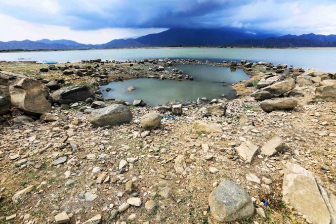 Hồ Phước Trung, huyện Bác Ái có dung tích dưới mực nước chết. (Ảnh: TTXVN)