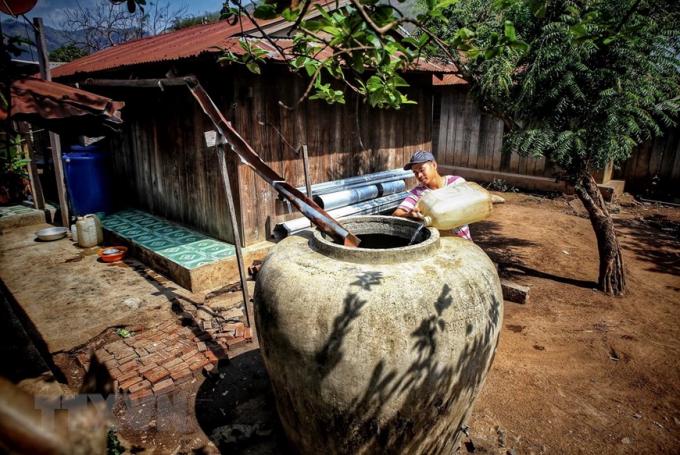 Người dân thôn Tà Nôi, huyện Ninh Sơn tích trữ nước vào chum, vại, bình, can... do hạn hán kéo dài. (Ảnh: TTXVN)