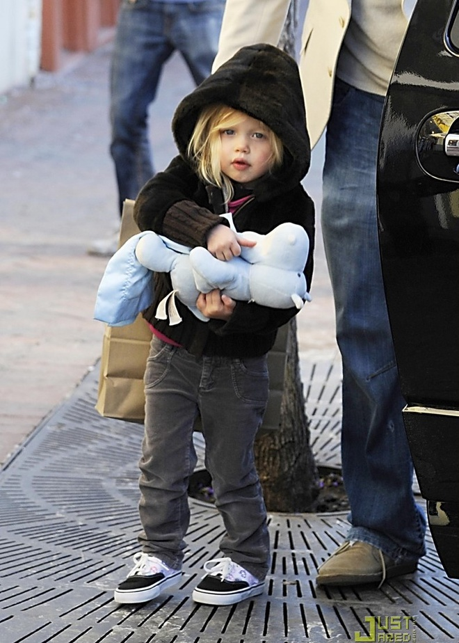 Từ bé, Shiloh đã yêu thích trang phục nam tính như áo sơ mi, áo hoodie, quần kaki, quần jeans...