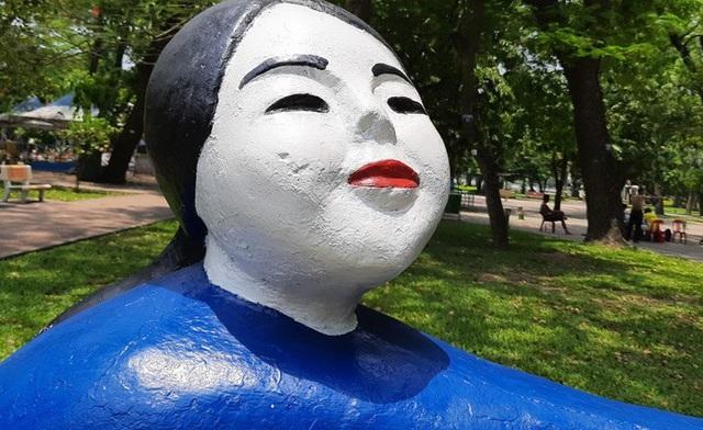 Những bức tượng bị sơn màu rực rỡ.