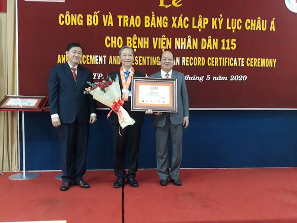 Bác sĩ Chu Tấn Sĩ - trưởng khoa ngoại thần kinh nhận chứng nhận kỷ lục châu Á - Ảnh: HOÀNG LỘC