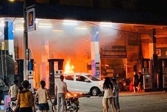 Hà Nội: Tài xế ôtô lùi xe làm cây xăng đổ bốc cháy dữ dội