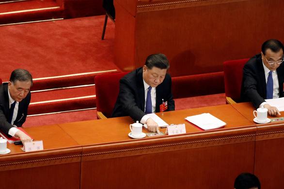 Chủ tịch Trung Quốc Tập Cận Bình (giữa) bỏ phiếu - Ảnh: REUTERS