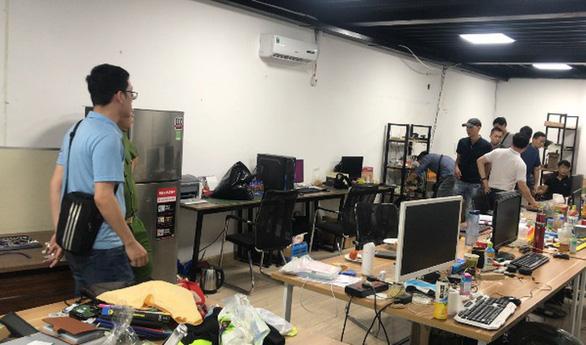Cảnh sát kiểm tra, thu giữ nhiều máy tính, thiết bị, tài liệu ở đường dây đánh bạc.