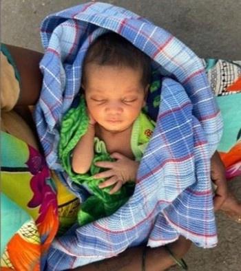 Một phụ nữ ở Ấn Độ đã cùng chồng và 4 đứa con đi bộ từ thành phố Nashik, bang Maharashtra, về thị trấn Satna ở bang Madhya Pradesh lân cận do phương tiện giao thông công cộng không còn hoạt động sau lệnh phong tỏa. Điều đặc biệt là cô đang ở tháng cuối của thai kỳ. Trên đường đi cô đã sinh một bé gái, thế nhưng vì hoàn cảnh cô vẫn phải tiếp tục chuyến hành trình của mình.Sau đó, sản phụ được hỗ trợ kiểm tra sức khỏe và cùng gia đình chuyển tới nơi cách ly. Ảnh: Kanesh.