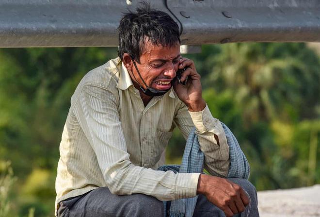 Bức ảnh gây xôn xao mạng xã hội tuần vừa qua đó là Pandit - một người đàn ông là lao động nhập cư đã không thể về nhà khi nghe tin con trai qua đời. Nhờ sự giúp đỡ của nhiếp ảnh gia và một số người tốt bụng, Pandit sau đó được hỗ trợ đưa đến ga New Delhi, nơi anh lên một chuyến tàu đặc biệt về Bihar cùng hàng trăm người khác để về nhà.Ảnh:Atul Yadav.