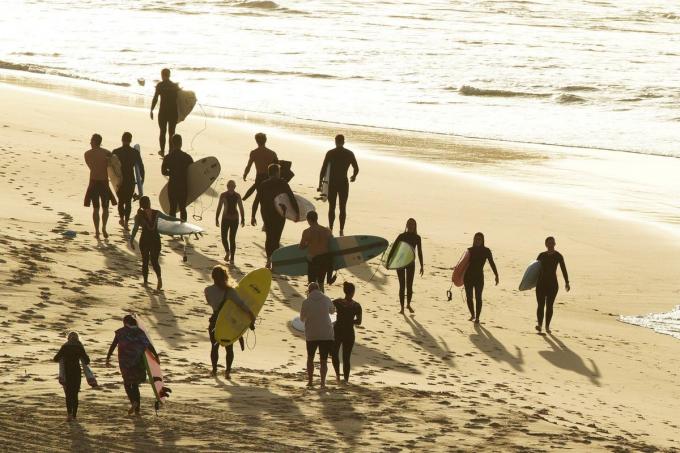 Ngày 28/4, bãi biển mang tính biểu tượng của Australia, Bondi đã được mở cửa trở lại.Nhiều người dân tới đây xếp hàng từ sáng sớm để được tắm biển. Người lướt sóng phải xếp hàng và đi theo một đường thẳng, được đánh dấu bởi những dây phân cách.Ảnh:Loren Elliott/Reuters.