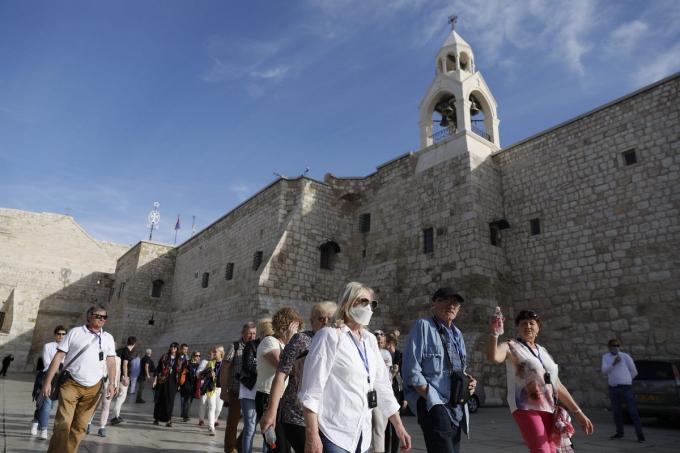 Một địa điểm khác làNhà thờ Chúa Giáng sinh, thành phố Bethlehem, Palestine cũng mở cửa trở lại từ ngày 26/5.sau hơn 2 tháng tạm dừng hoạt động,khi chính quyền nới lỏng lệnh phong tỏa. Đây làmột trong những nhà thờ cổ vẫn duy trì hoạt động trên thế giới.Ảnh:Ahmad GHARABLI.