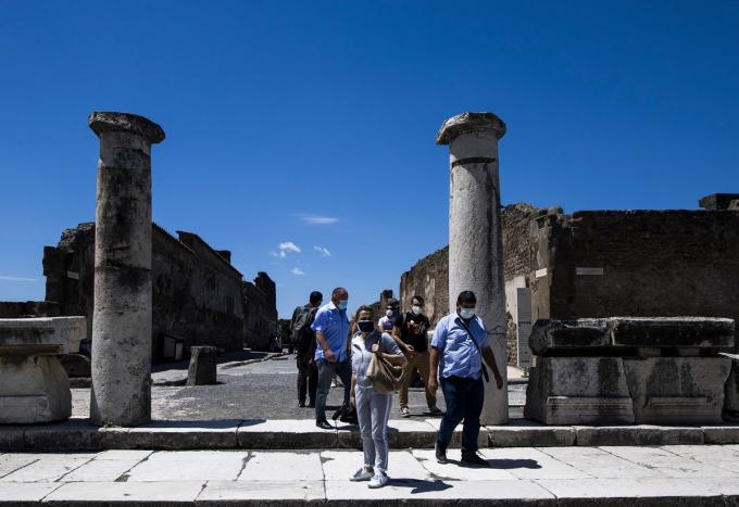 Thành phố cổ nổi tiếng thế giới Pompeii, Italy, chính thức mở cửa đón khách du lịch nội địa từ 26/5.Thành phố Pompeii của La Mã bị phá hủy bởi vụ núi lửa phun trào năm 79 và được bảo tồn trong nhiều thế kỷ. Năm 2019, địa điểm khảo cổ này thu hút hơn 4 triệu du khách tham quan.Ảnh:AFP.