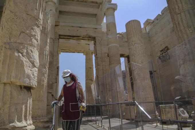 Di tích lịch sử Thành cổ Acropolis ở thành phố Athens, Hy Lạp, mở cửa đón khách trở lại. Du khách tới tham quan cần thực hiện giữ khoảng cách an toàn tối thiểu 1,5 m, rửa tay, đeo khẩu trang.