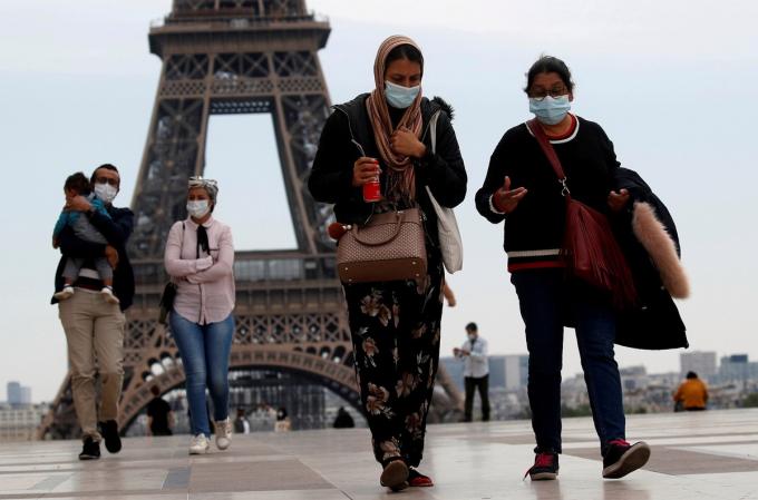 Quảng trường Trocadero gần tháp Eiffel nhộn nhịp người qua lại, khi Pháp nới lỏng phong tỏa toàn quốc từ 11/5.Người dân nước này được phép di chuyển 100 km từ nhà nhưng không tụ tập nhóm lớn hơn 10 người.Ảnh:Reuters.