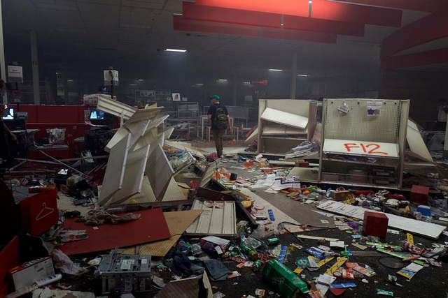 Nhiều cửa hàng bị đập phá, cướp bóc.